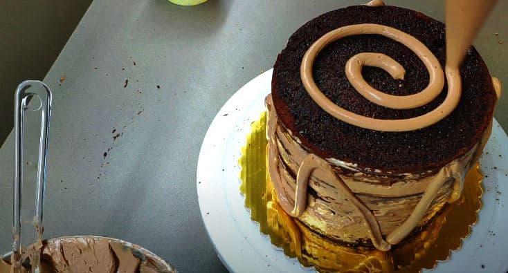 Paso 5: Hacer una capa de crema recogemigas para decorar la tarta mejor.